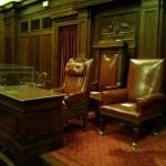 صحن سنا در پارلمان قدیمی استرالیا، صندلی پشتی و زیر Australian Coat of Arms ندرتا استفاده شده و برای ملکه یا فرماندار کل در نظر گرفته شده است.